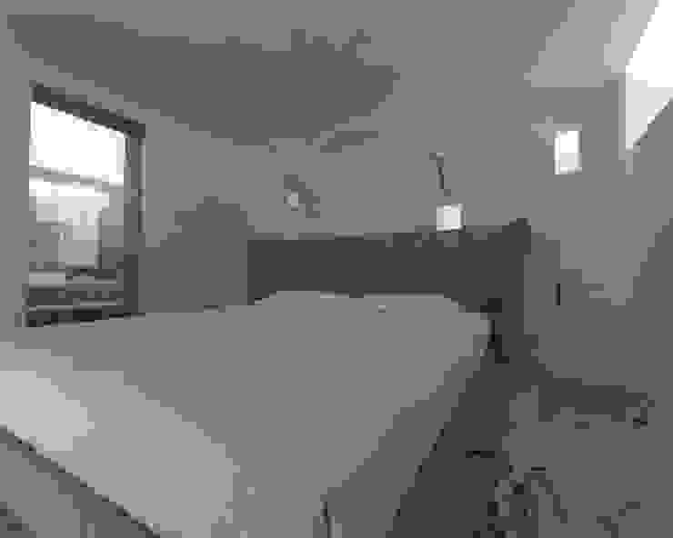Bedroom Case moderne di ZO-loft architecture & design Moderno