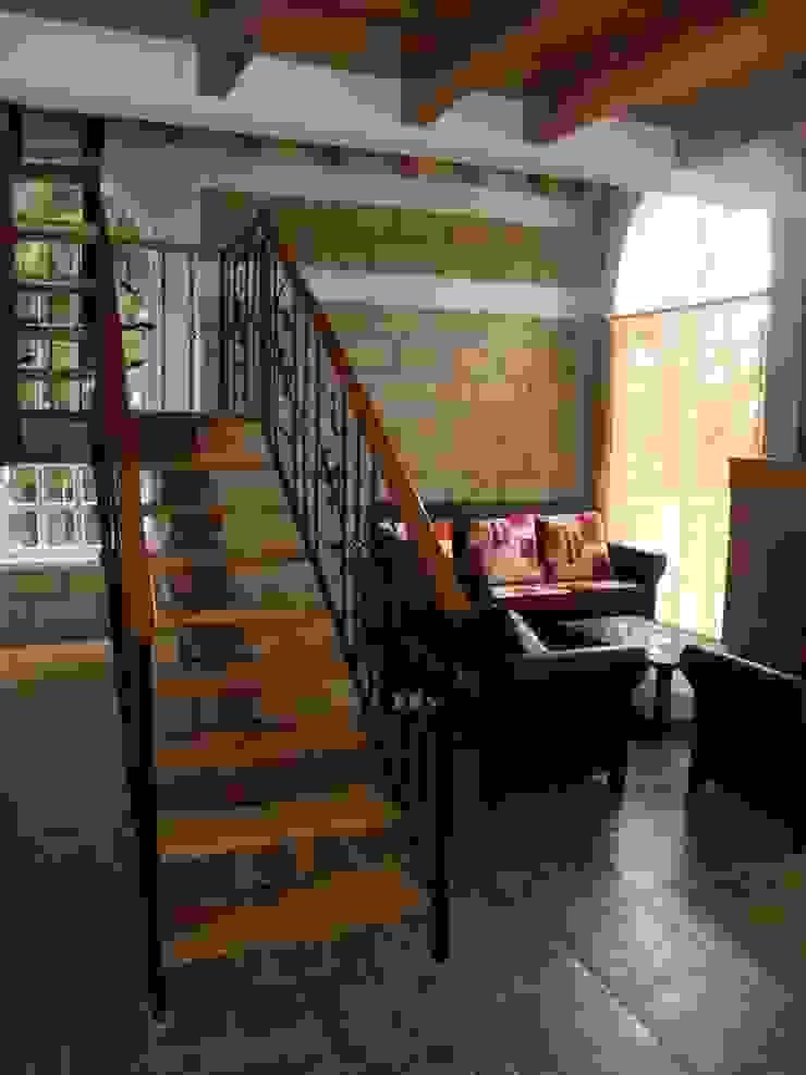 Escalera Pasillos, vestíbulos y escaleras rústicos de IDEA Studio Arquitectura Rústico