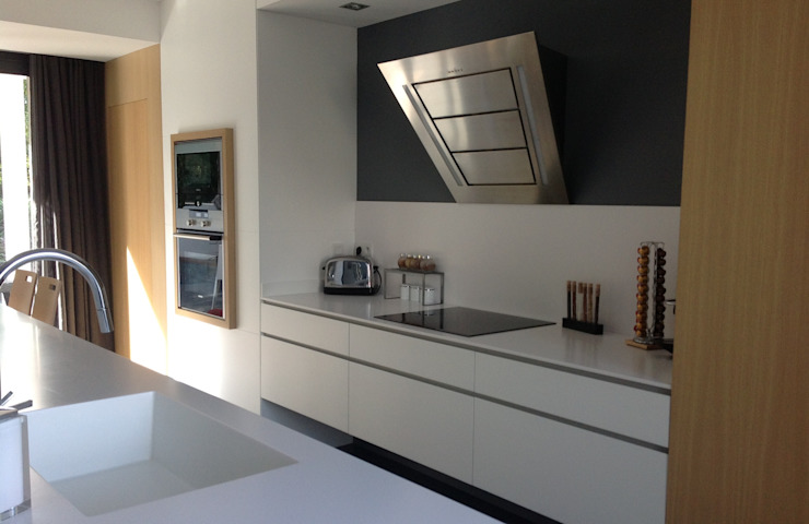 Cucina minimalista di Myriam Galibert Amenagement Minimalista