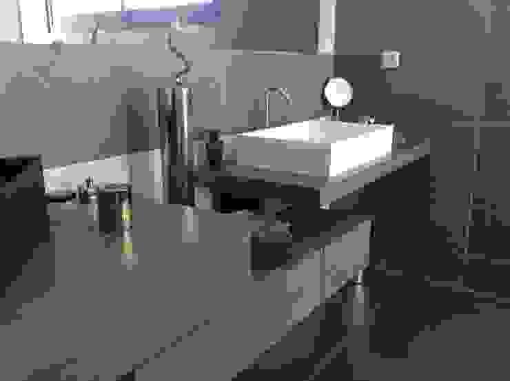 Salle de bain en chêne teinté gris Salle de bain minimaliste par Myriam Galibert Amenagement Minimaliste