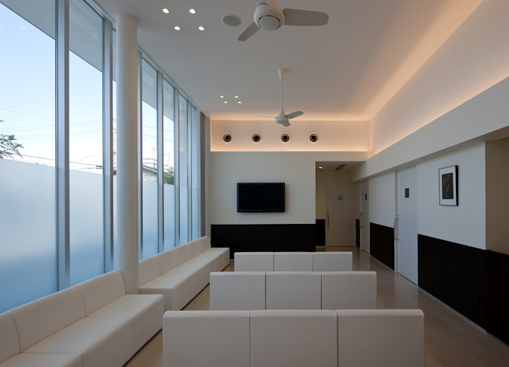 大開口を持つクリニック 待合室 モダンな病院 の 株式会社古田建築設計事務所 モダン