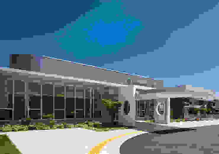 シンプルな形状と温かみのある素材による構成のクリニック外観 モダンな病院 の 株式会社古田建築設計事務所 モダン