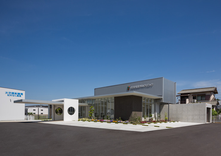 庇が特徴的なクリニックの外観 モダンな病院 の 株式会社古田建築設計事務所 モダン