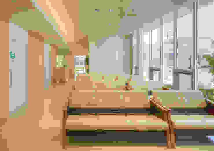 庭に面した大開口の待合室 モダンな病院 の 株式会社古田建築設計事務所 モダン