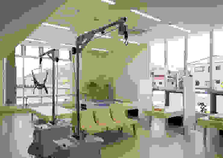 リラックスして治療に臨むリハビリ室 モダンな病院 の 株式会社古田建築設計事務所 モダン