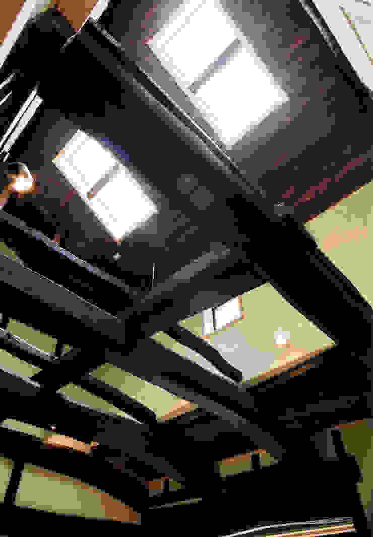 元々の構造体がダイナミックな吹抜空間を演出 和風デザインの リビング の 株式会社古田建築設計事務所 和風