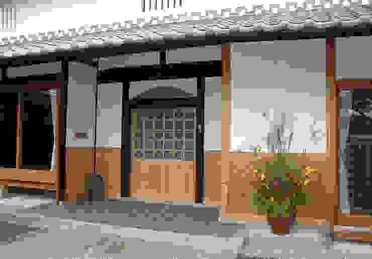 新しい部材と旧い部材と対比 日本家屋・アジアの家 の 株式会社古田建築設計事務所 和風