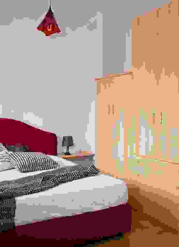 camera dopo con gli armadi che prima erano in cucina -soggiorno di Mariagrazia Guarini Home Stager & interior Design