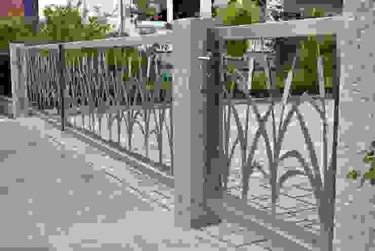 Entrance Gates. Giardino moderno di Edelstahl Atelier Crouse - individuelle Gartentore Moderno