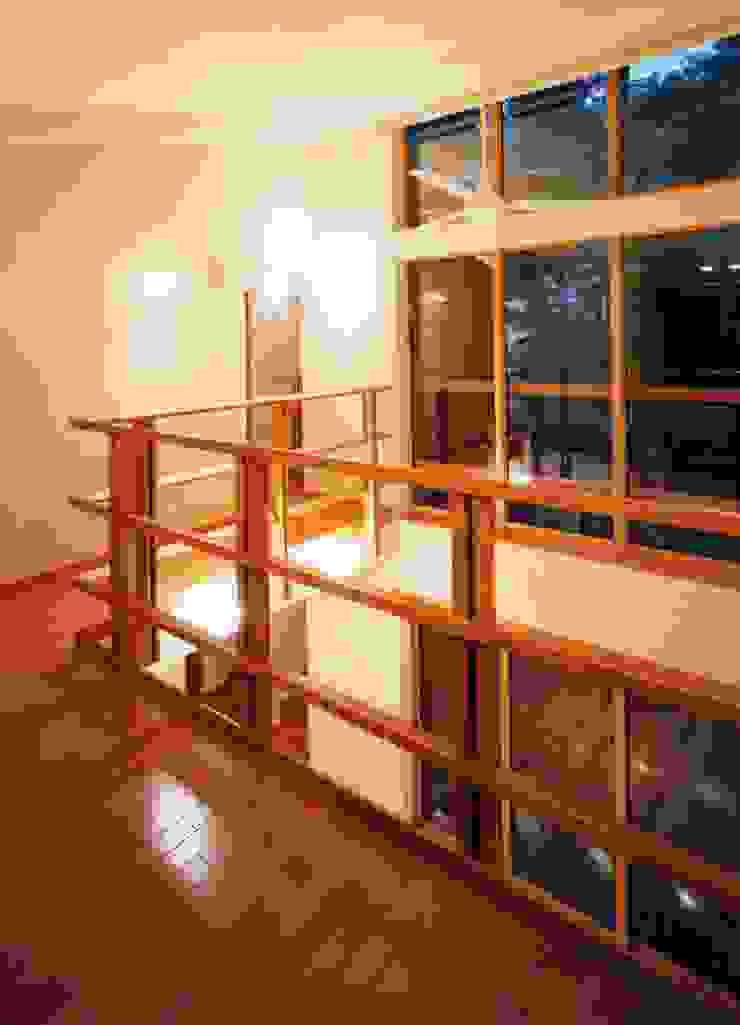 居間上部吹抜け オリジナルスタイルの 玄関&廊下&階段 の PAPA COMPANY ARCHITECTURAL WORKS. /パパカンパニー1級建築士事務所 オリジナル