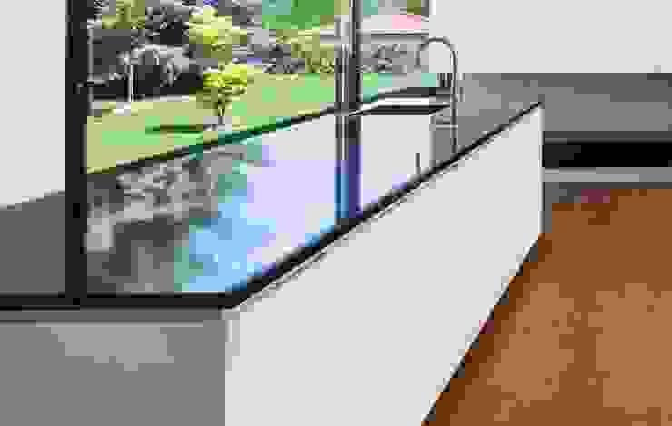 puristische Echtlackküche mit anfügender Essbereichgestaltung Moderne Küchen von WERKRAUM & PLAN MÜNCHEN Modern