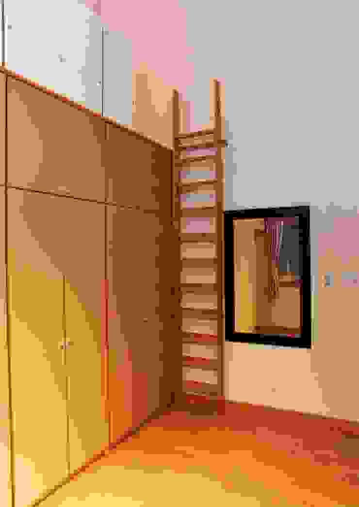 高天井の衣装室 オリジナルデザインの ドレッシングルーム の PAPA COMPANY ARCHITECTURAL WORKS. /パパカンパニー1級建築士事務所 オリジナル