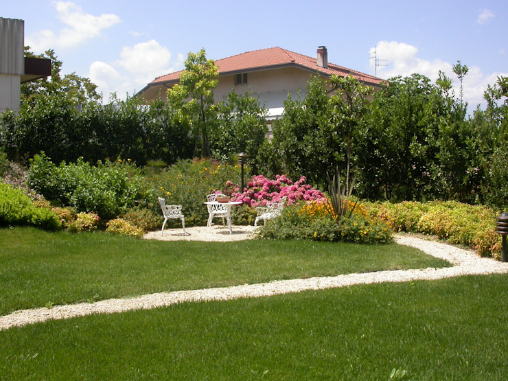 Giardino privato a Tollo (CH) Giardino moderno di alessia brignardello Moderno
