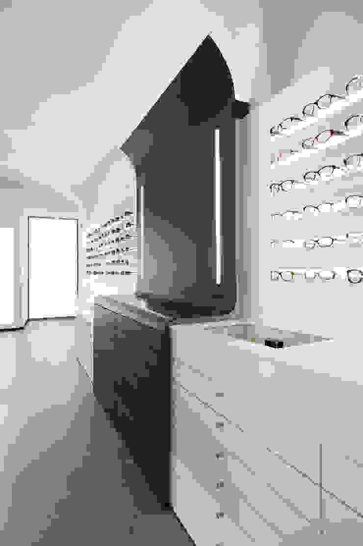 Ottica Service Sarzana 2012 Spazi commerciali moderni di Francesco Mottini Architetto Moderno