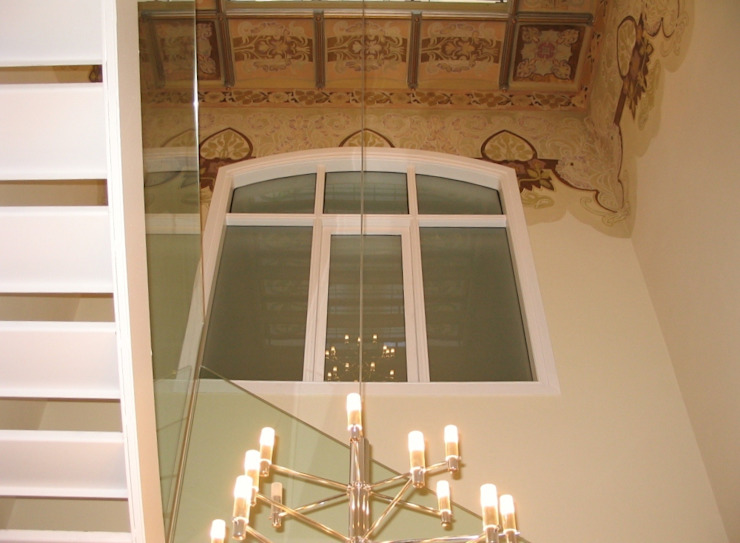 Ventana en escalera principal de BARCELONA ARQUITECTURA Clásico