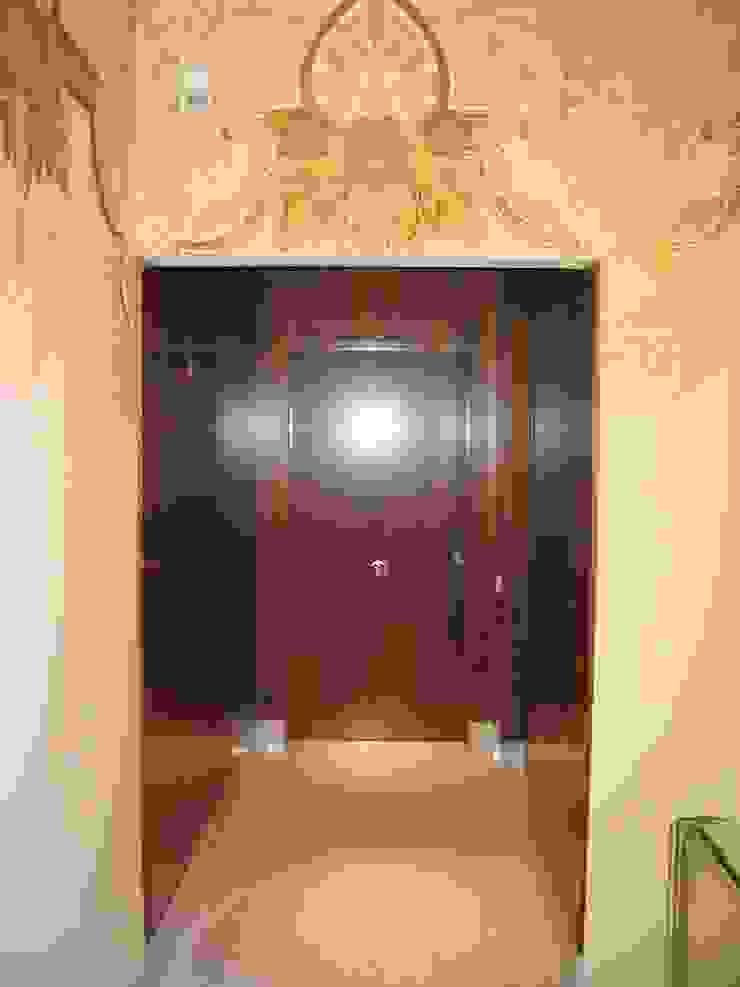 Acceso a vivienda en planta segunda Pasillos, vestíbulos y escaleras de estilo clásico de BARCELONA ARQUITECTURA Clásico