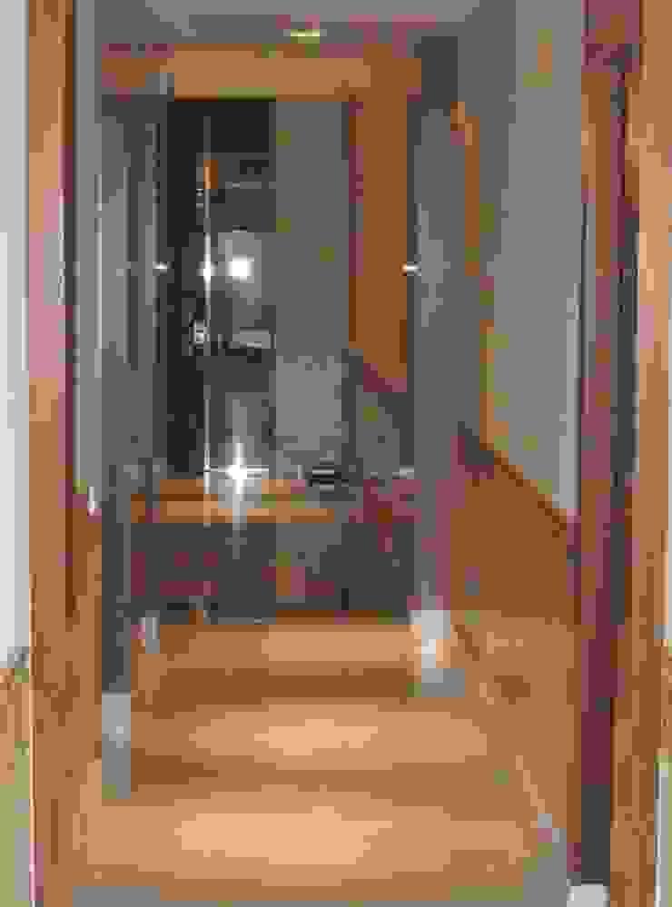 Interior vestíbulo planta baja Casas de estilo clásico de BARCELONA ARQUITECTURA Clásico