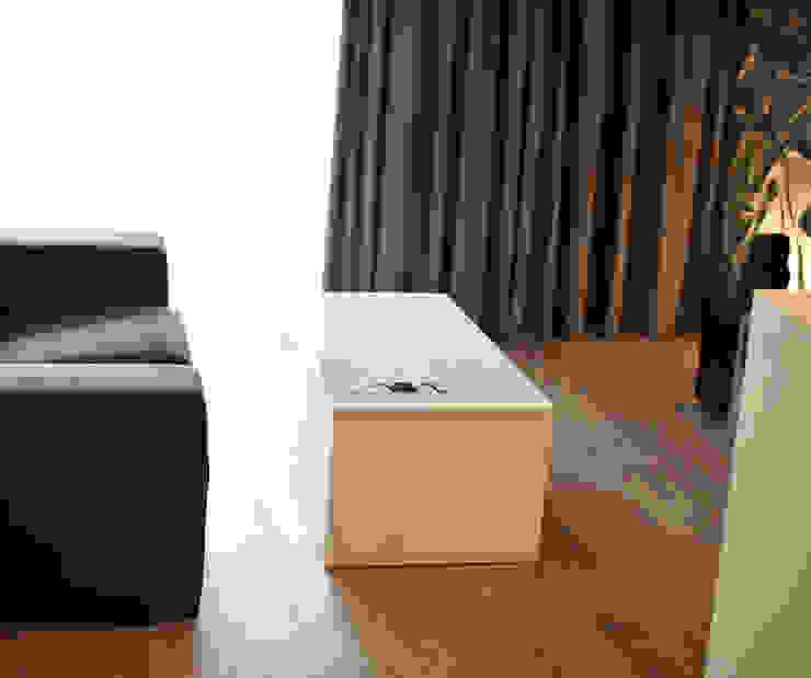 现代客厅設計點子、靈感 & 圖片 根據 k.halemska 現代風