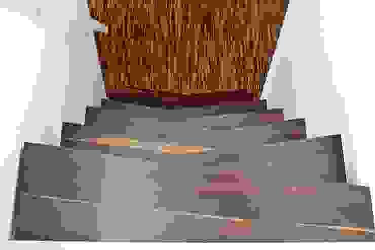 Pasillos, vestíbulos y escaleras modernos de lifestyle-treppen.de Moderno
