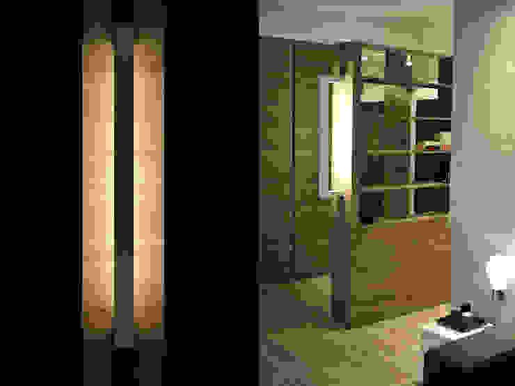 現代風玄關、走廊與階梯 根據 k.halemska 現代風