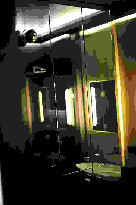 現代浴室設計點子、靈感&圖片 根據 k.halemska 現代風
