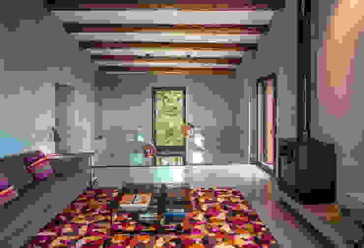 Villa CP Salas de estar rústicas por ZEST Architecture Rústico