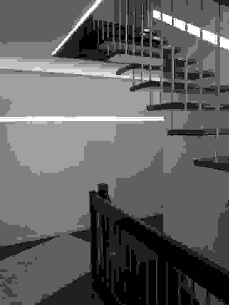 LED Beleuchtung im Treppenhaus Moderner Flur, Diele & Treppenhaus von Klaus Schmidt, Handelsvertretung Wolf System GmbH, LED Profilelement GmbH und weitere Modern Aluminium/Zink