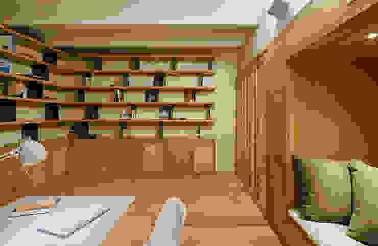 Dúplex en Gracia Estudios y despachos de estilo moderno de ZEST Architecture Moderno