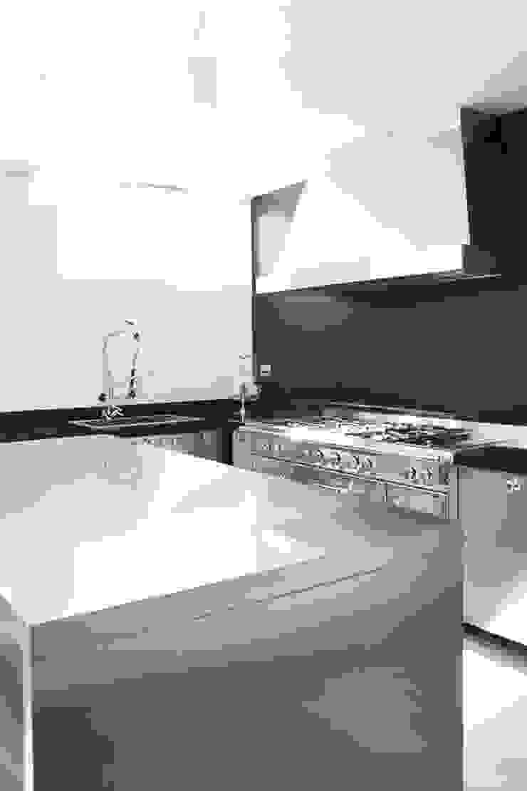 Villa S Case in stile minimalista di MOA Studio Minimalista