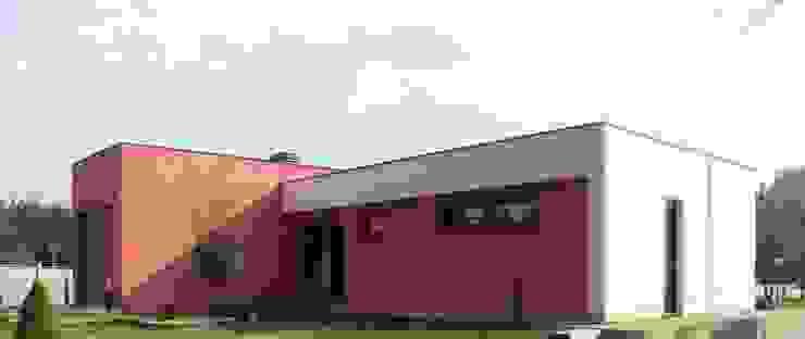 Zona de acceso Casas de estilo moderno de KM Arquitectos Moderno