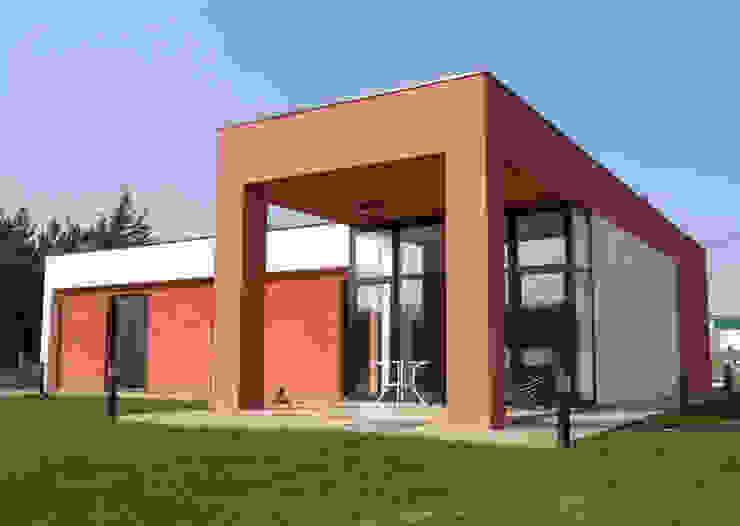 Vista exterior fachada trasera Casas de estilo moderno de KM Arquitectos Moderno