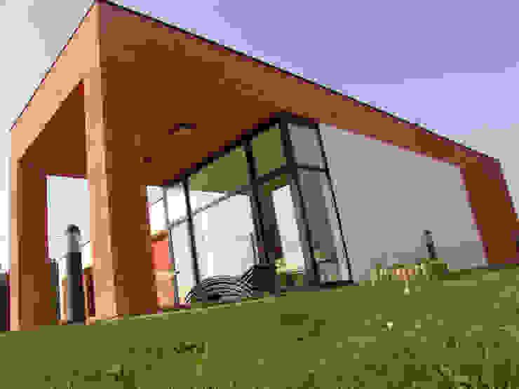 Vista exterior del porche que da continuidad al salón Casas de estilo moderno de KM Arquitectos Moderno