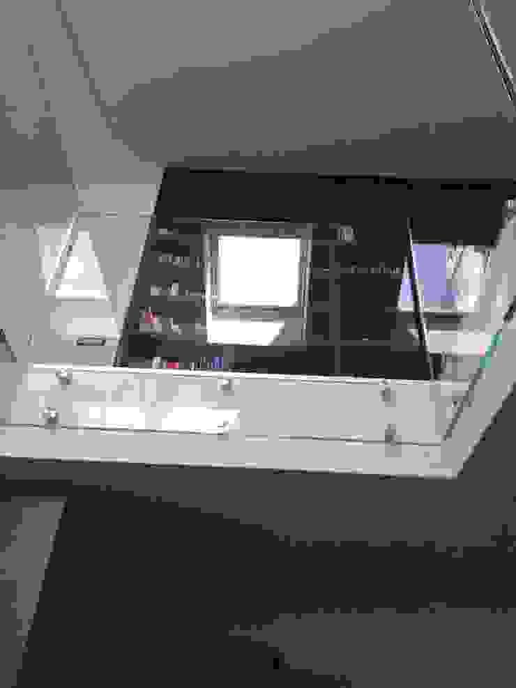 Calore minimale Studio moderno di Inarte Progetti di Lucio Mana Moderno