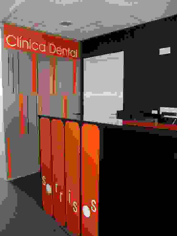 Recepción Oficinas y tiendas de estilo moderno de KM Arquitectos Moderno