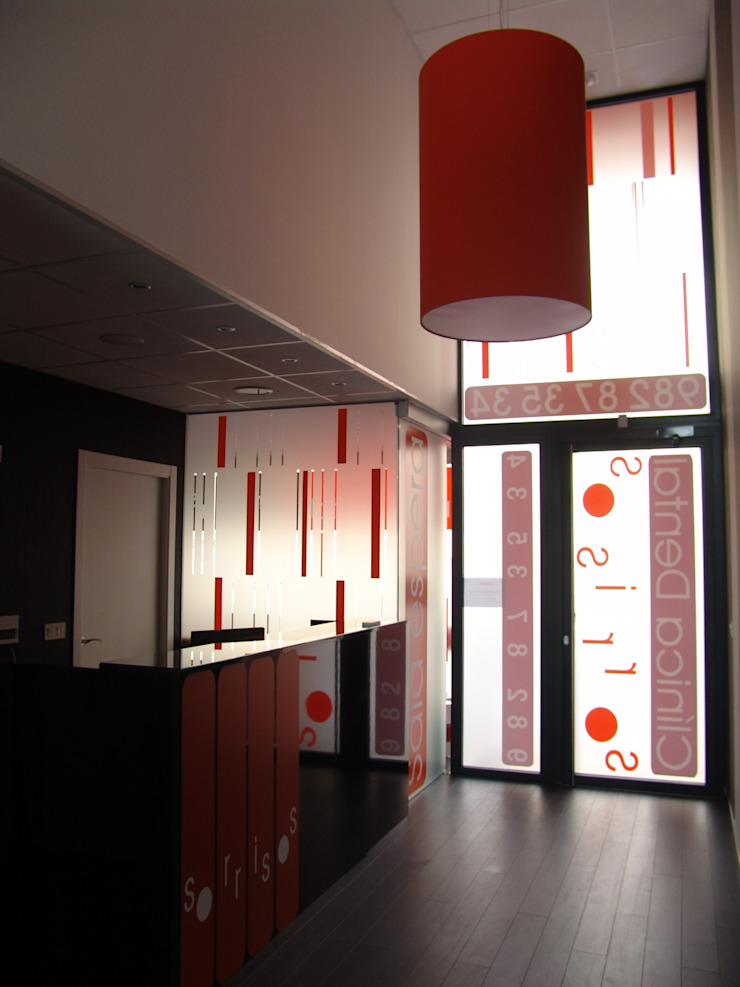 Acceso Oficinas y tiendas de estilo moderno de KM Arquitectos Moderno