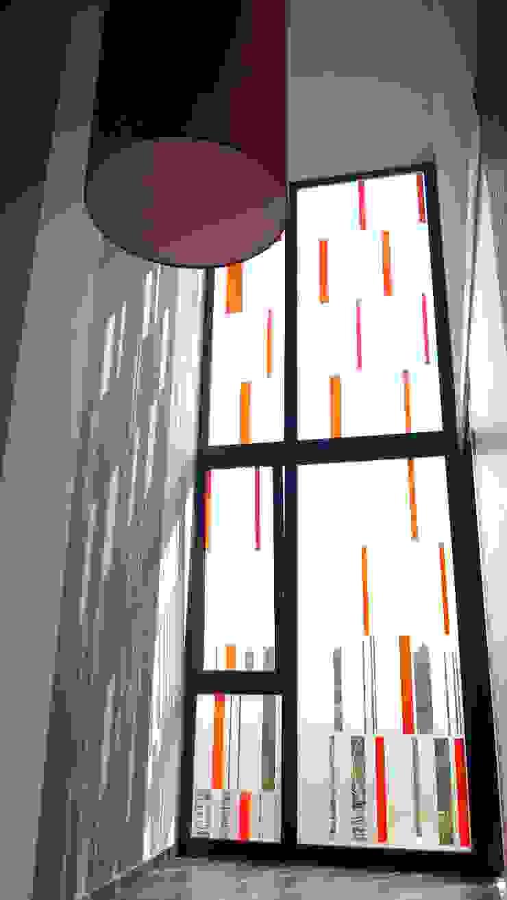 Distribuidor Oficinas y tiendas de estilo moderno de KM Arquitectos Moderno
