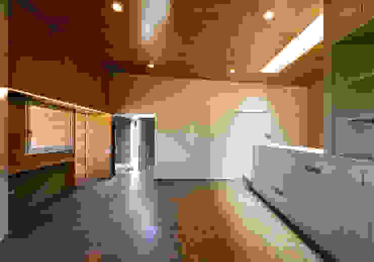 Vivienda unifamiliar Ca'Paco Paredes y suelos de estilo moderno de equipo olivares Moderno