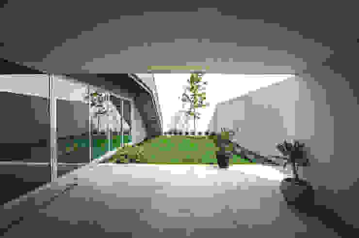Casa IPE Jardines modernos de P+0 Arquitectura Moderno
