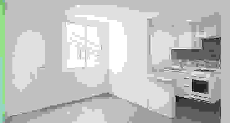 Vista acceso y cocina equipada Casas modernas de RECON Arquitectura Moderno