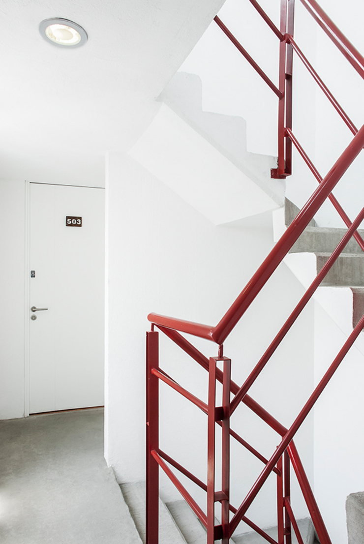 Escaleras y acceso a departamento Casas modernas de RECON Arquitectura Moderno