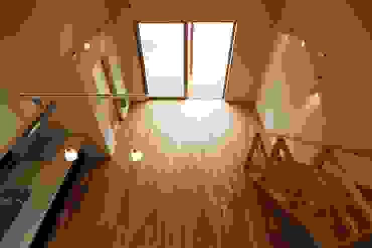 鶴居の家 モダンデザインの リビング の 辻建築設計室 モダン