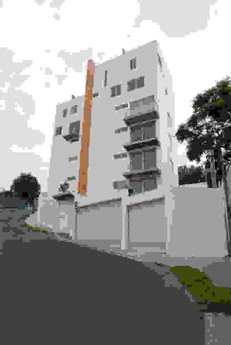 Fachada principal sobre calle Melchor Ocampo Casas modernas de RECON Arquitectura Moderno