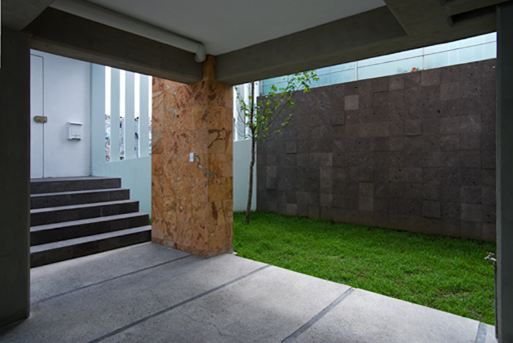 Acceso peatonal y área jardinada Casas modernas de RECON Arquitectura Moderno