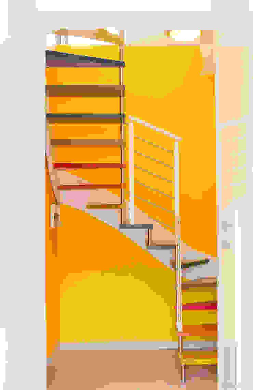 Vista della scala frontale Ingresso, Corridoio & Scale in stile moderno di Arch. Fabio Pacillo Moderno