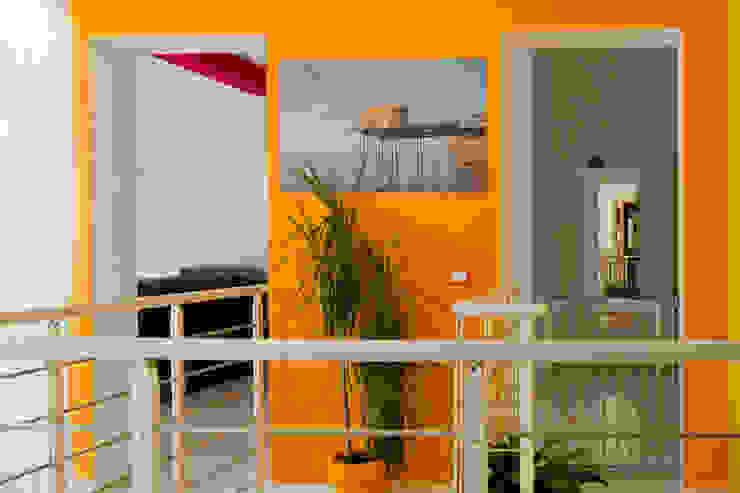 Vista del disimpegno al primo piano Ingresso, Corridoio & Scale in stile moderno di Arch. Fabio Pacillo Moderno