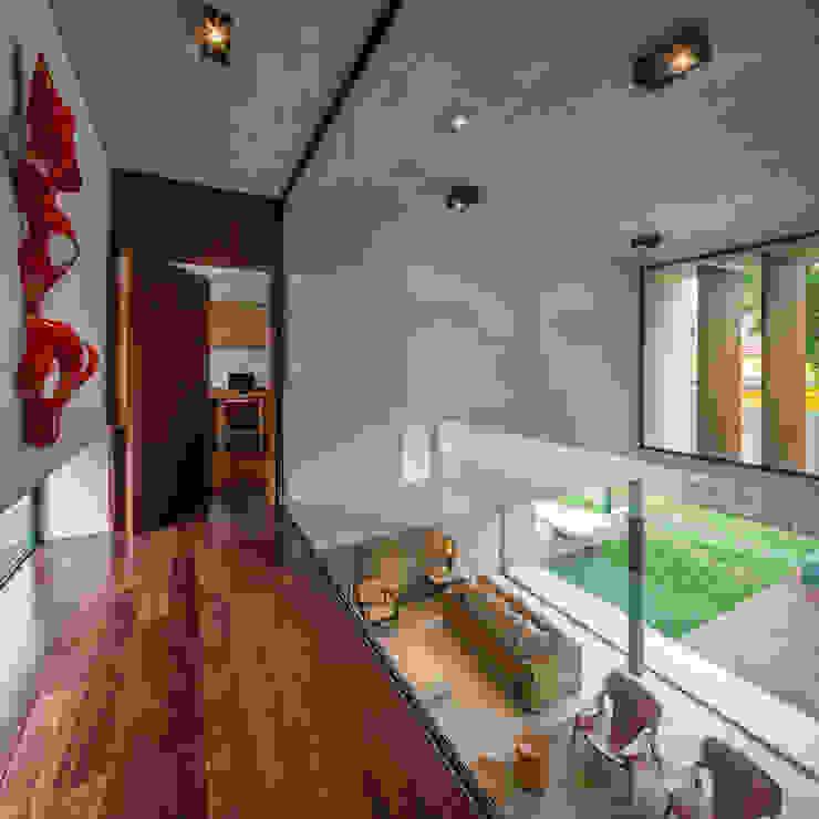 Planalto Corredores, halls e escadas modernos por FCstudio Moderno