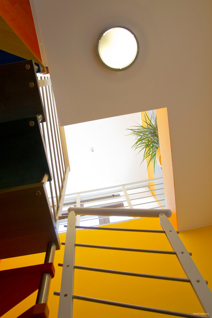 Vista verso l'alto Ingresso, Corridoio & Scale in stile moderno di Arch. Fabio Pacillo Moderno
