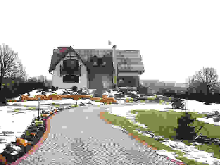 Widok domu od strony wjazdu od Heliolux Design Rustykalny