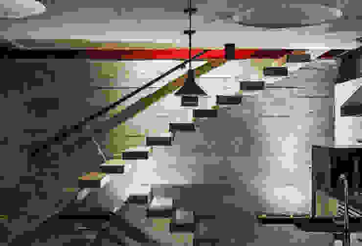 Pasillos, vestíbulos y escaleras modernos de FCstudio Moderno