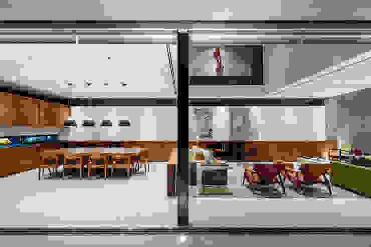 Planalto Salas de jantar modernas por FCstudio Moderno